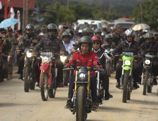 Photo of Jokowi Nikmati Jalan Perbatasan