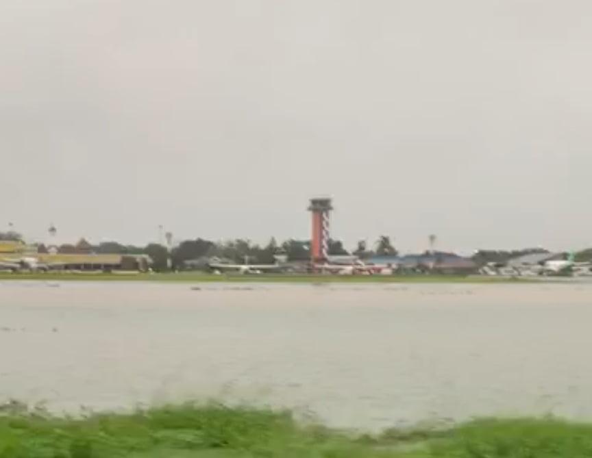 Runway Bandara Halim Jadi Lautan