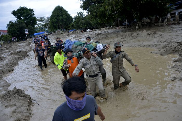 Korban Banjir Luwu Mengungsi