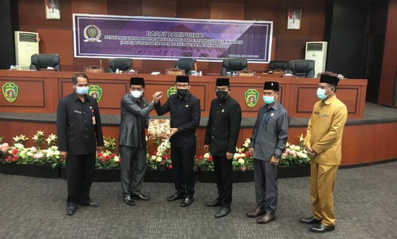 Ketua DPRD PPU Saat Menyerahan Catatan dan Rekomendasi Pansus LKPj Kepada WAkil Bupati PPU